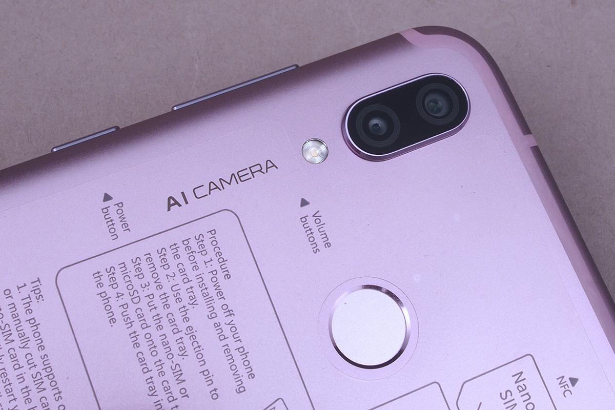 A hátlapon – Huawei szokás szerint – a bal felső sarokba rendezve találjuk  meg a dupla objektíves kamerát 11a4369d61