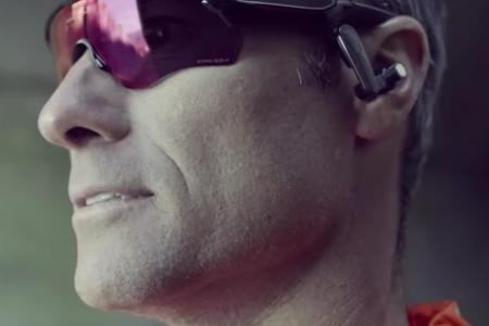 """Az Oakley és az Intel készítette Radar Pace egy dizájnos sportszemüveg és  egy """"okos"""" fülhallgató egyvelege lett. b073b720d8"""